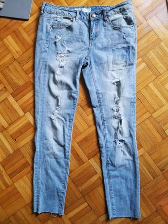 Piękne spodnie damskie dżinsowe z dziurami. Stan Jak Nowe