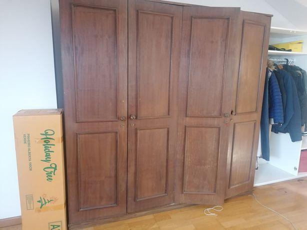Armário de madeira