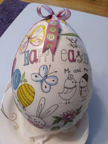 Jajko wielkanocne, pisanka wypełniona słodyczami, prezent