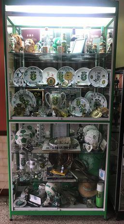 Sporting- vitrine com diversos artigos do sporting