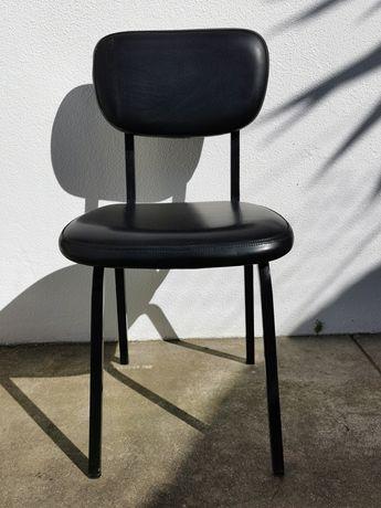 Cadeiras em polipele indicada para restaurante