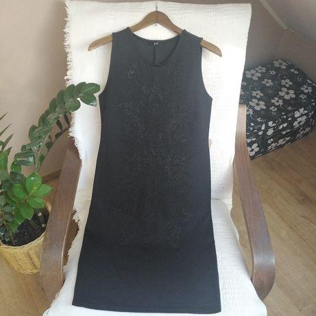 Czarna sukienka o klasycznym kroju r. 40