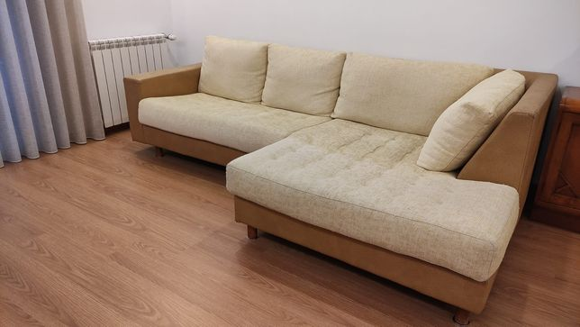 Sofá com chaise longue + pouf