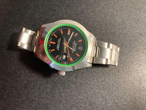 Kwarcowy srebrny zegarek z zielonym pierścieniem