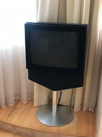 Телевизор B&O BeoVision 1 и настенное крепление для BeoSound 9000