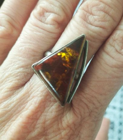 Duży srebrny pierścionek z bursztynem