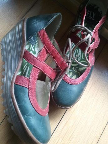 Sapatos Fly verdes e vermelhos