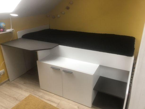 Łóżko z materacem i biurkiem