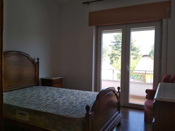 Quarto mobilado com serventia de casa de banho, cozinha e sala comum.