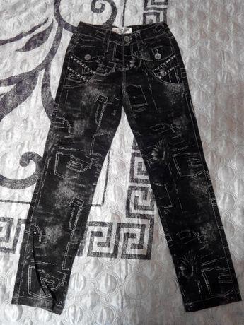 джинсы новые черные со стразами на девочку рост 140 см.