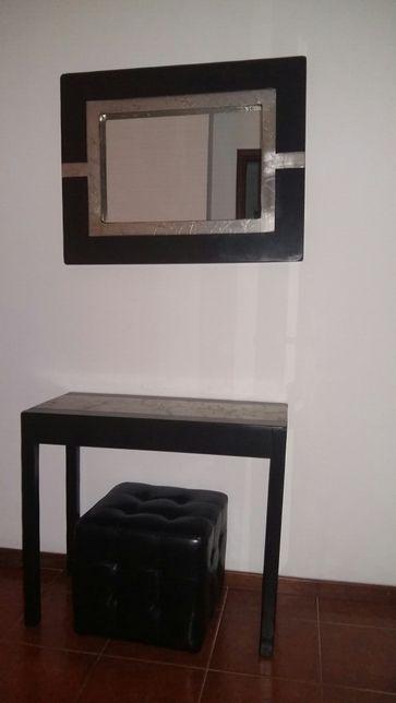 Espelho e consola em preto e prateado