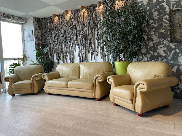 Итальянский кожаный диван и 2 кресла.Диван раскладной.Состояние идеал