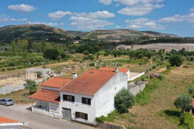 Moradia T4 com anexos com churrasqueira e terreno, sita na Segundeira