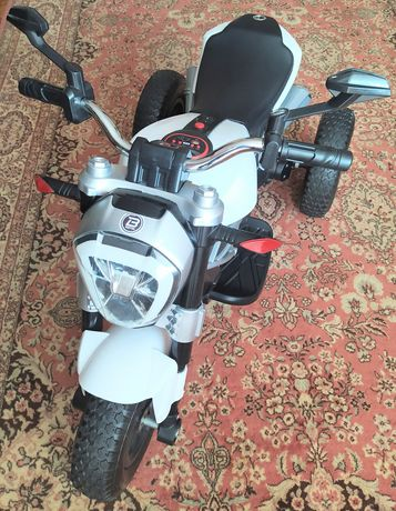 Мотоцикл трёхколёсный на аккумуляторе