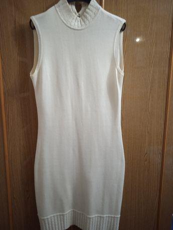 Кремовое трикотажное платье с пелеринкой