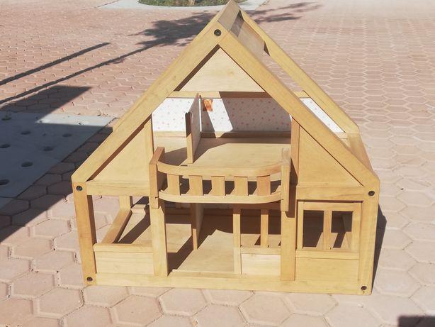 Casinha de madeira da Plan Toys e acessórios de madeira para brincar