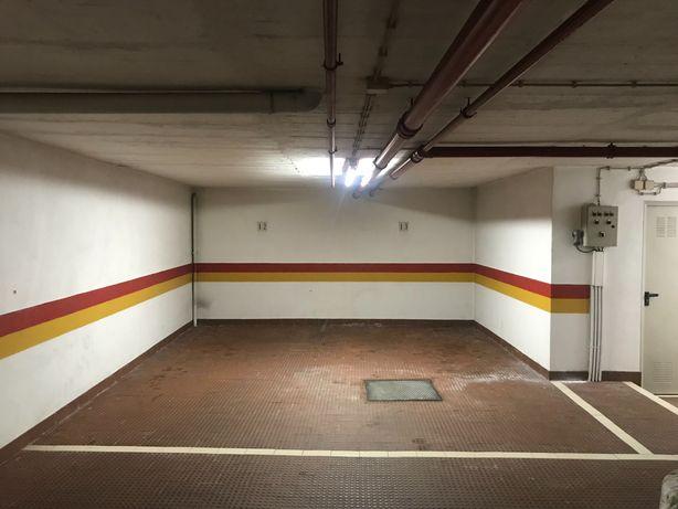 Arrenda-se garagem Campo Ourique (moto ou carro pequeno)