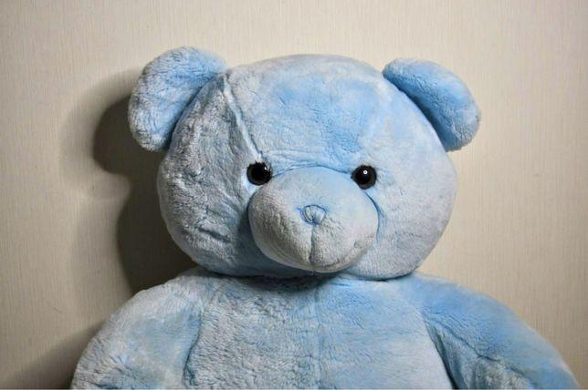 Большой плюшевый медведь