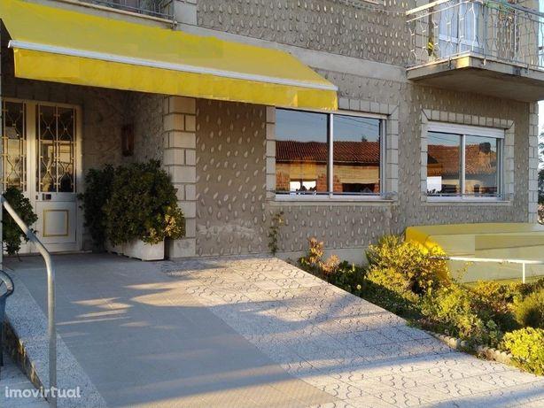 Trespassa-se Restaurante / Café / Snack-Bar em Pleno Funcionamento - R