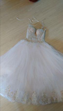 Весільна сукня та туфлі
