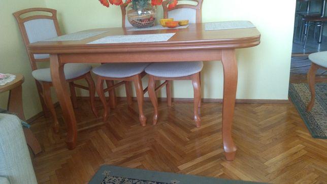 Stół drewniamy, rozsuwany z krzesłami.