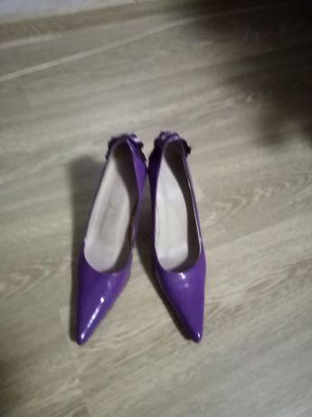Туфли лакированные.