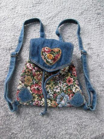 Mały, haftowany plecak, jeansowy plecak