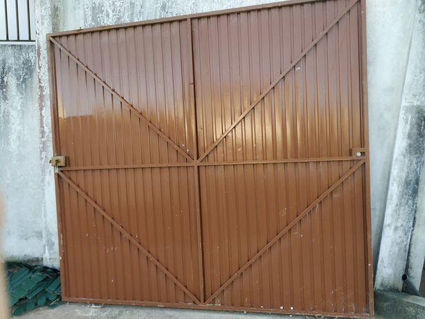 Portão grande de chapa