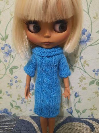 Вязаное зимнее платье для куклы Блайз