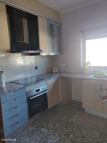 Apartamento T2 rés do chão grandes áreas, garagem, sótão, na M. Grande