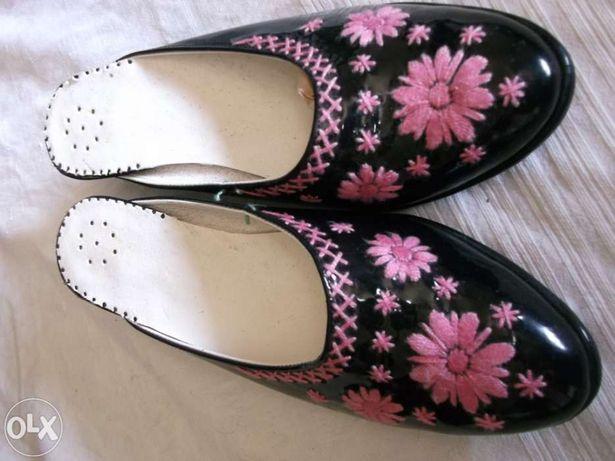 Chinelas pretas bordadas a rosa