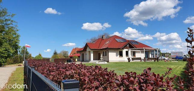 Urokliwy i stylowy dom w otoczeniu zieleni