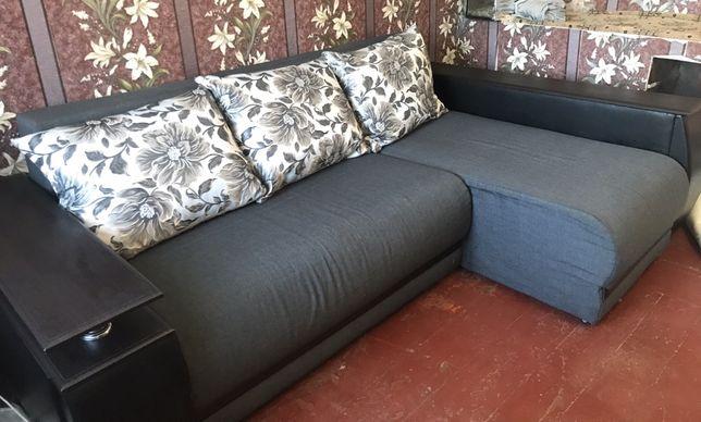 Угловой диван с деревянными вставками