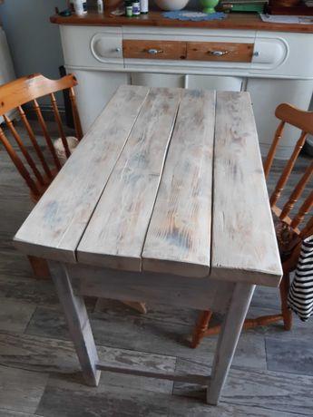 Masywny, drewniany stół retro. Vintage, rustykalny pomocnik kuchenny.