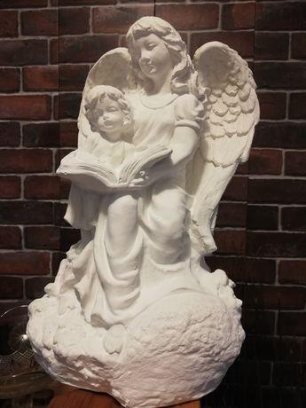Anioł czytający książkę