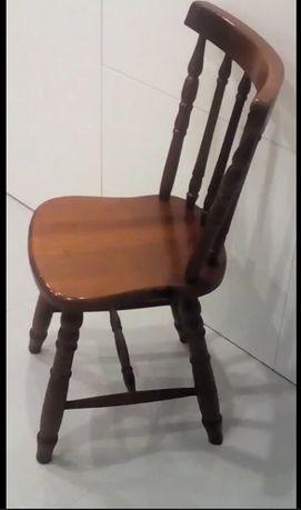 Uma linda cadeira, em pinho mel, envernizado - costas e pés torneados