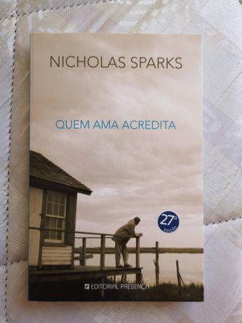 """Livro """"Quem ama acredita"""" de Nicholas Sparks"""