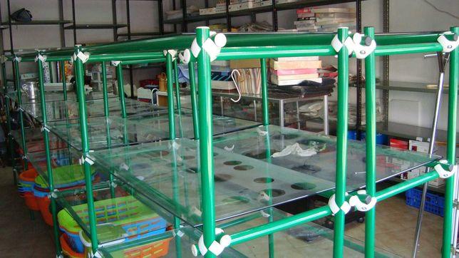 Estantes em vidro com pouco uso