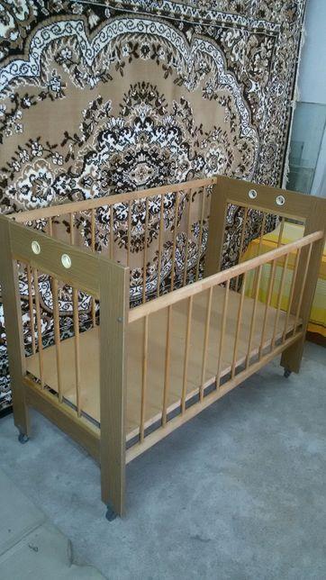 Детская кроватка(на колесиках)