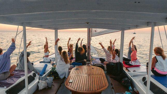 Йога на яхте на закате Одесса музыка фрукты фотограф море диджей