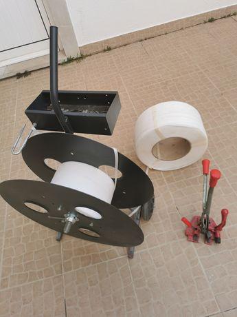 Máquina de cintar, desenrolador e rolo de cinta