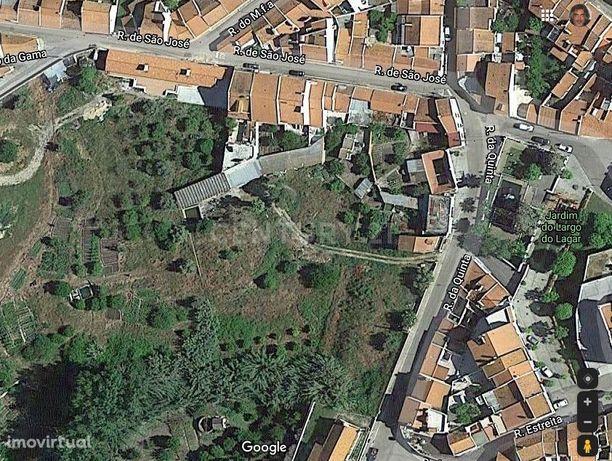 Terreno urbano com furo de água e arrumos T3 com WC e cozinha