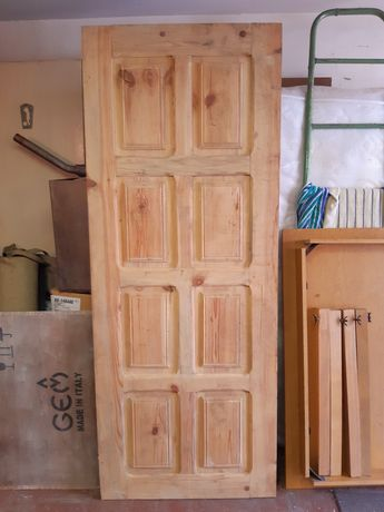 Крепкая деревянная входная дверь