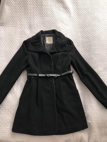 Czarny płaszcz bershka