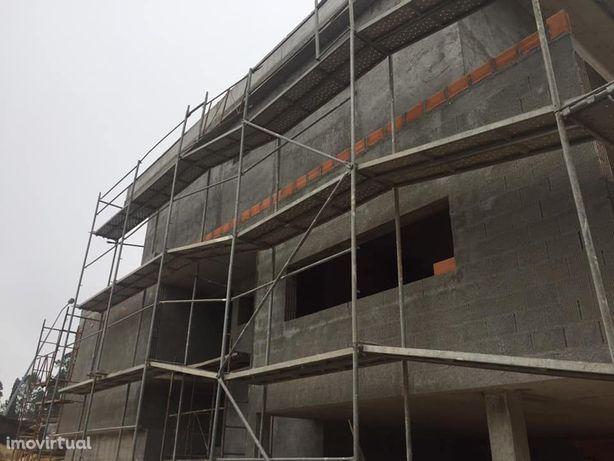 Moradia 3 frentes em construção – Arcozelo (aceitas Permuta)