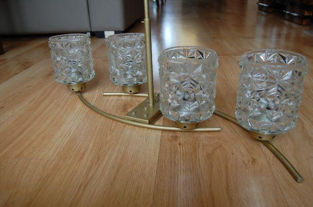 Żyrandol, stara kryształowa lampa sufitowa.