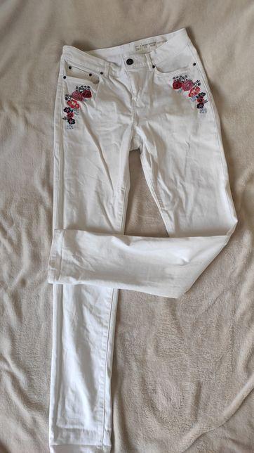 Białe jeansy z haftem