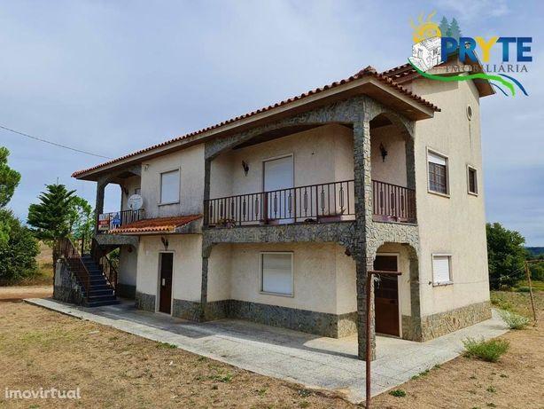 Moradia de tipologia T5 com dois pisos situada em Atalaia - Graça