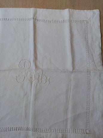 Almofada antiga para decoração de cama.