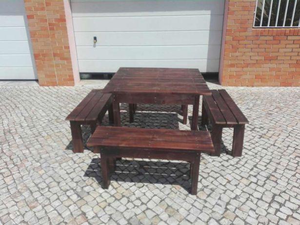 Conjunto de mesa e bancos de um metro.